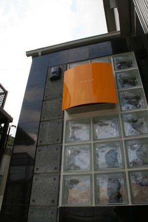 ビビッドなオレンジのポスト